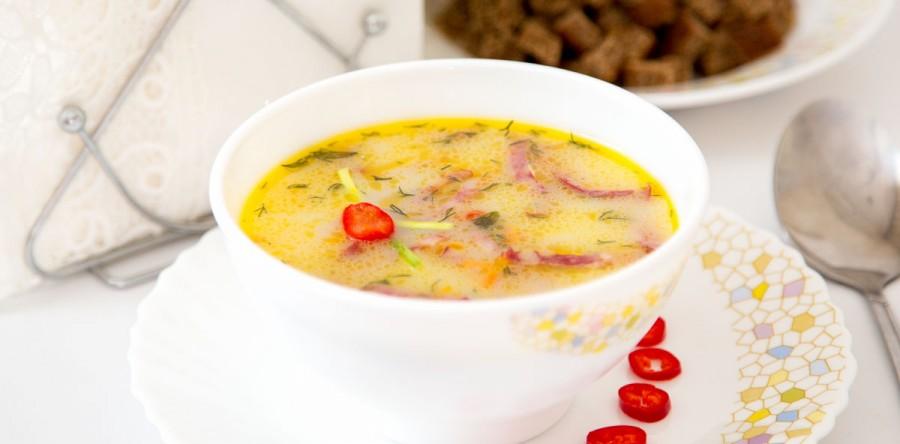 Горячий суп с колбасой и сырками.